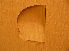 ファックホール 01 :: うちの玄関の壁にできてたミステリー・ホール。